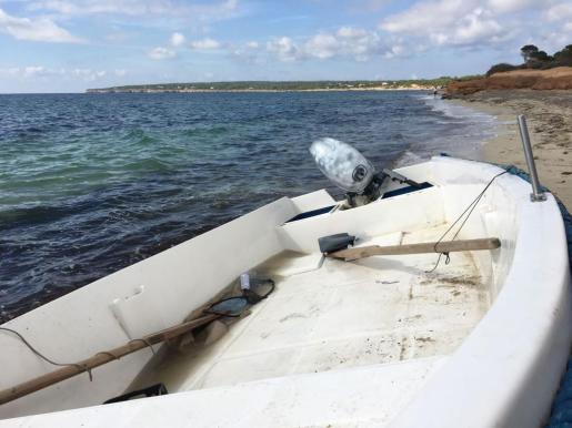 Interceptados. Los inmigrantes llegaron a la playa de es Migjorn con la embarcación de la imagen superior y otros dos llegaron a s'Estanyol con otra barca. La Guardia Civil los entregó posteriormente a la Policía Nacional.