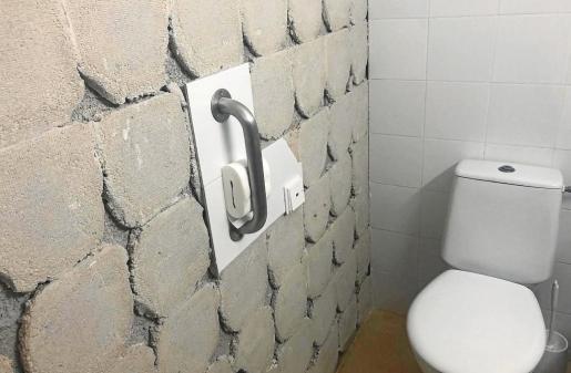 Los azulejos de uno de los cuartos de baño del Hospital Residencia Cas Serres que deben ser reemplazados.