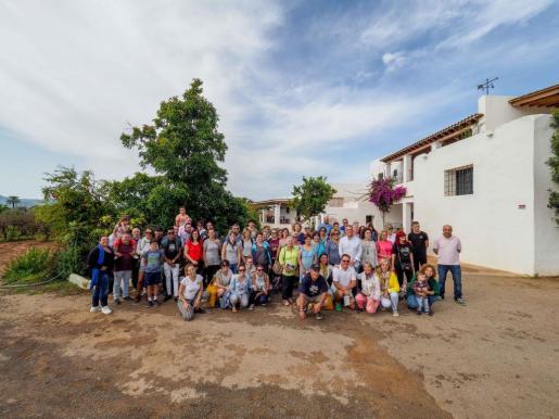 Unas sesenta personas acudieron hasta Can Rich para conocer el trabajo y la historia de esta bodega de Sant Antoni.