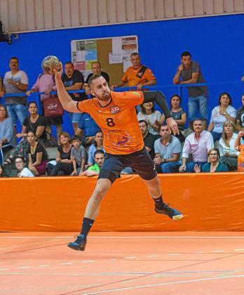 Javier Aragón efectua un lanzamiento durante un partido.