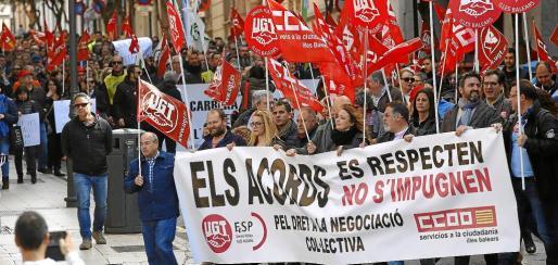 Los empleados públicos del Ajuntament de Palma y del Consell de Mallorca se manifestaron por las calles de Palma en contra del Gobierno de Maria Rajoy, que también presentó un recurso contra el pago de este complemento en ambas administraciones. En el caso del Govern, la amenaza afectaba a un artículo de los Presupuestos de este año.