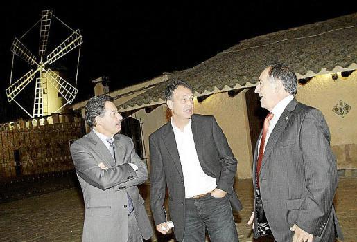 Eduardo Caturla, Joaquín Caparrós y Jaume Sastre conversan poco ante de la conferencia.