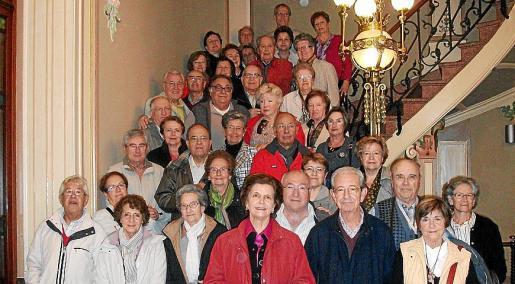 Los integrantes del Club Bon Aire, en las escalinatas del Museu Can Prunera tras realizar la visita.