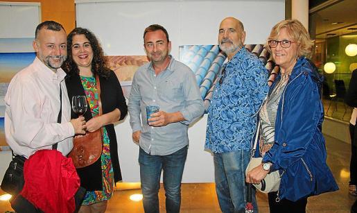 Manuel Marzo, Virginia Company, Toni Rosselló, Josep Company y Marga Guilabert, ante unas 'teulades' de Espiro.