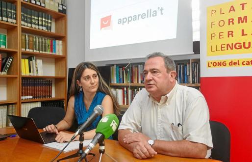 Neus Mestres y Bernat Joan, durante la presentación de 'Apparella't' en la sede del IEE.