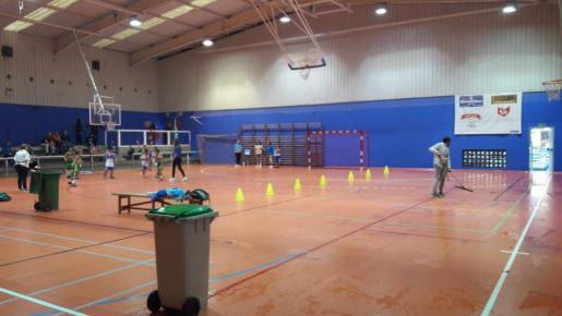 Los niños jugando un partido de la liga de baloncesto entre charcos