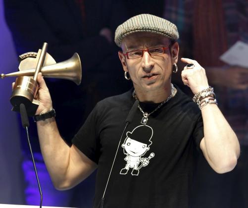 """El cantante y compositor, Fito Paez, lider del grupo """"Fito y los fitipaldis"""", tras recibir el premio a la """"Mejor canción"""", por el tema """"Antes de que cuente diez""""."""