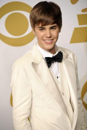 El cantante canadiense Justin Bieber posa en la sala de ganadores en la 53 edición de los Premios Grammy en el Staples Center en Los Ángeles.