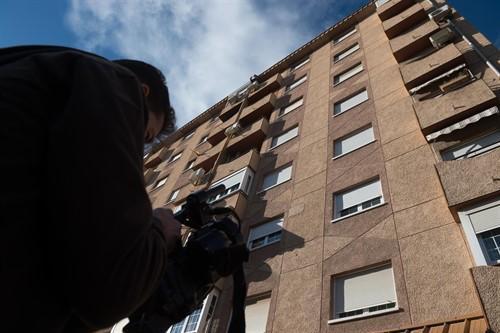 Mueren una mujer y un niño al caer desde un sexto piso en Murcia.