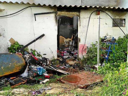 La imagen muestra cómo las llamas afectaron a todo el material inflamable que había dentro del almacén.