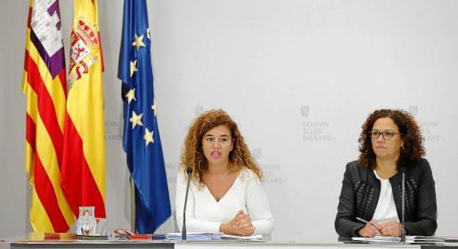 Pilar Costa y Catalina Cladera en la rueda de prensa de presentación de las cuentas del Ejecutivo.