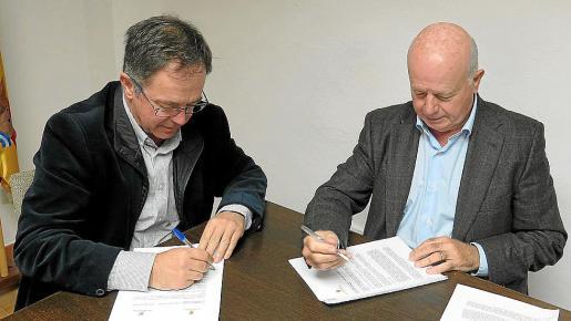 Momento en el que los alcaldes firman el convenio.