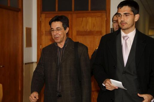 Alfredo Conde, a su salida de los juzgados, junto a su abogado Jaime Campaner.