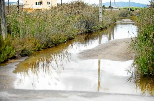 El lunes el agua desbordó por la acumulación de lluvias y el drenaje de las obras cercanas y anegó caminos y casas.
