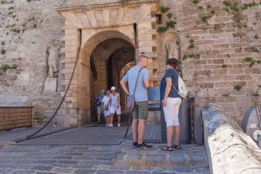 Varios turistas en el portal de Ses Taules de Dalt Vila.