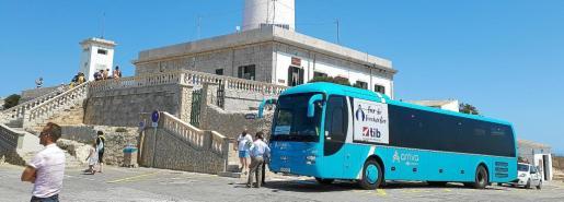 Imagen del primer día de restricciones al paso de vehículos por la carretera de Formentor.