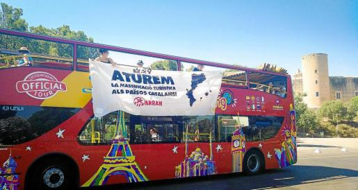 PALMA. TURISMO. TURISMOFOBIA. Arran protesta contra la masificacin y cuelga una pancarta en el bus turstico. Un momento durante la colocacin de la pancarta en el Castell de Bellver.