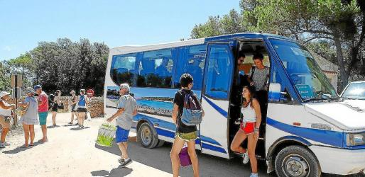 El acceso mediante vehículo privado hasta la playa de Macarella ha estado prohibido esta temporada y se ha sustiuido por autobús.