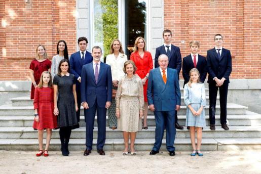 Los integrantes de la Familia Real posan en el almuerzo familiar en el Palacio de La Zarzuela con motivo del 80 aniversario de Su Majestad la Reina Doña Sofía.