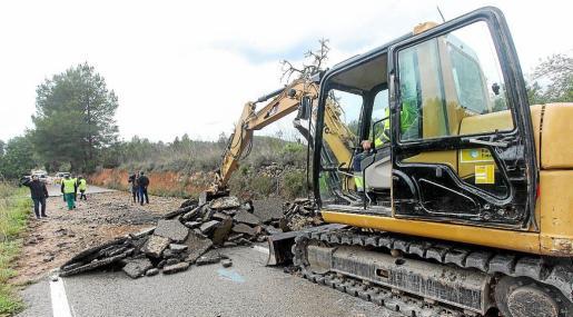 A la rotura de la tubería se sumó el tránsito de vehículos pesados, lo que provocó el hundimiento del asfalto.