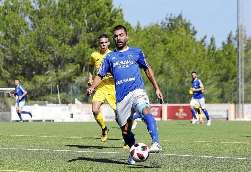 Vladi, autor del gol de los 'rafelers' ayer, conduce la pelota en un partido del San Rafael de esta temporada.