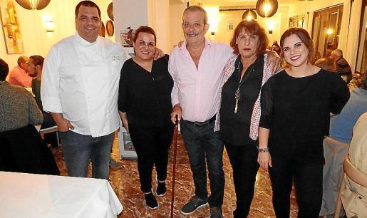 Juan Vicens, Catalina Vicens, Joan Vicens Seguí, Francisca Mora y Claudia Vicens. La esposa y los hijos del cocinero 'solleric' también trabajan en el restaurante y lo acompañaron en este emotivo evento.