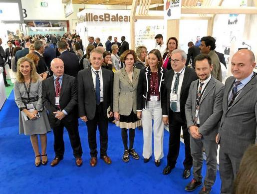 La ministra de Turismo, Reyes Maroto, y la secretaria de Estado de Turismo, Bel Oliver, con parte de la expedición ibicenca.