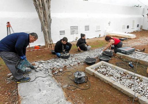 Los trabajadores de la empresa Aranzadi empezaron ayer la exhumación del cementerio no católico.