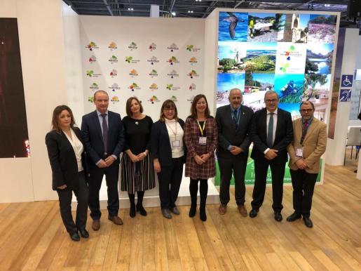 Alejandra Ferrer y Jaume Ferrer junto al resto de representantes de los consells y del Govern.