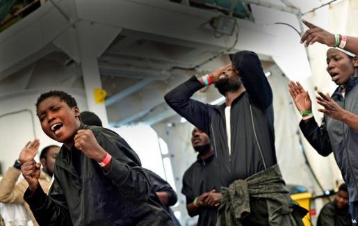 Imágenes de migrantes africanos rescatados en mitad del mar y salvados de una muerte segura.