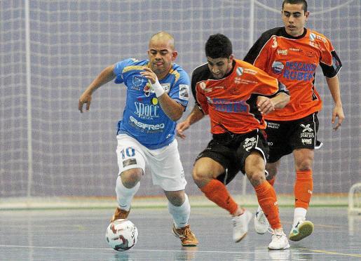 Clayton conduce el balón en el partido de la fase de ascenso contra el Burela.
