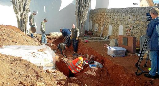 Las primeras excavaciones se han realizado en la zona de enterramientos de los no católicos.