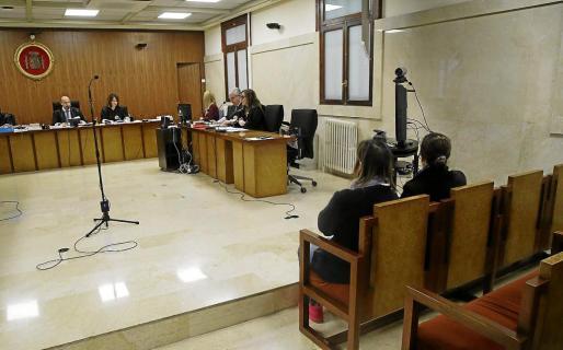 Imagen de las dos acusadas ante el tribunal que ayer las condenó por un delito contra los trabajadores.