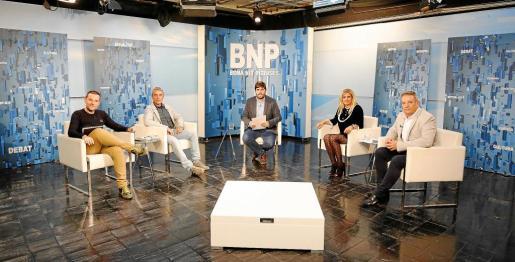 Mariano Juan (PP), Gian di Terlizzi (Podemos), el periodista Armando Tur, Marta Díaz (PSOE) y José Luis Rodríguez Poblador (Ciudadanos) en el plató del 'Bona nit Pitiüses'.