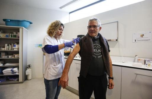 Una enfermera inyecta la vacuna a un usuario en el Centro de Salud de Vila.