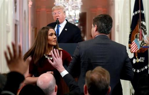 La Casa Blanca veta la entrada al periodista de la CNN Jim Acosta tras el incidente con Trump.