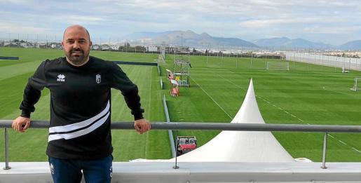 Raúl Barroso posa en las instalaciones de la ciudad deportiva del Granada.