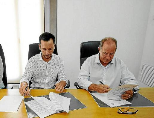 Rafa Ruiz y Juli Fuster durante la firma del convenio de cesión de viviendas de propiedad municipal.