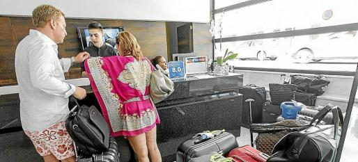 Imagen de turistas pagando la ecotasa en un hotel de Ibiza.