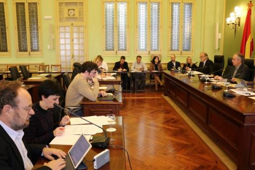 El director general de IB3, Andreu Manresa, comparece ante la Comisión de Hacienda del Parlament para exponer los detalles del presupuesto del ente público.