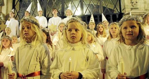 Además de la colonia sueca residente en la Isla, muchos ciudadanos, como se apreció ayer en la plaça de Cort, disfrutan de la tradición navideña sueca que abre sus festejos el 13 de diciembre, Santa Lucía.