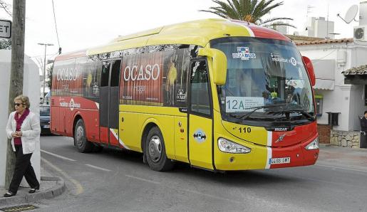 Autobús de la línea 12A a su paso por el núcleo urbano de Jesús.