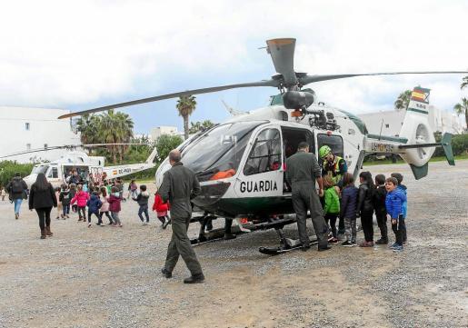 Los helicópteros del 061 y la Guardia Civil también formaron parte de la exhibición.