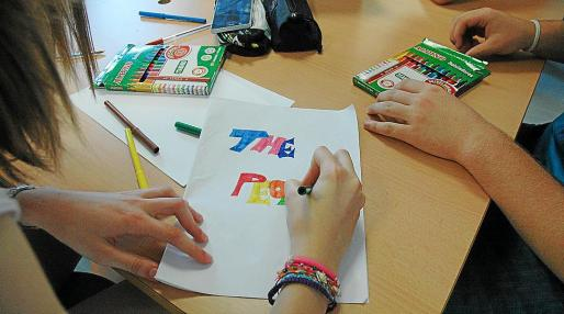 Alumnos de Primaria colorean en una clase de Plástica y Tecnología impartida en inglés.