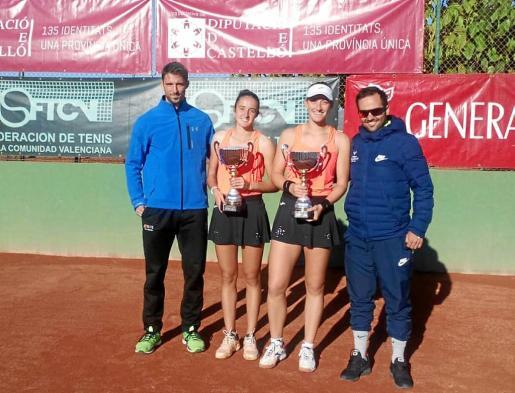 Gemma Lairón y Rosa Vicens posan con sus trofeos de campeonas.
