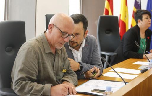Joan Ribas (Guanyem) y Rafa Ruiz (PSOE) durante un pleno.