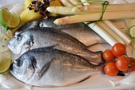 Comer pescado, marisco y verduras reduce el riesgo cardiaco relacionado con la hipertensión.