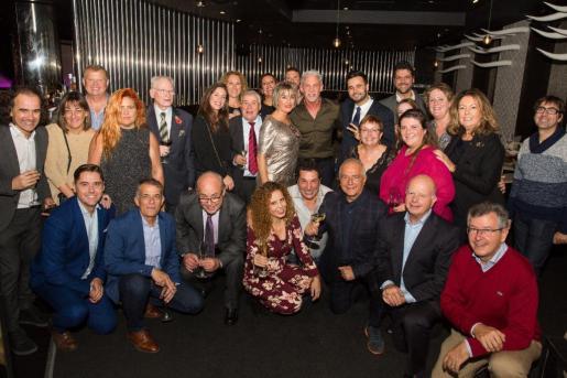 Foto de grupo de algunos de los ibicencos asistentes a la fiesta.