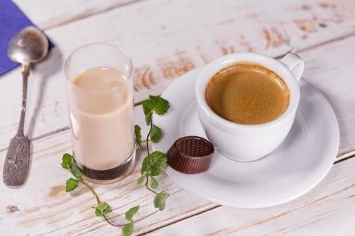 Tomar café ayuda a reducir el riesgo de Alzheimer y Parkinson.