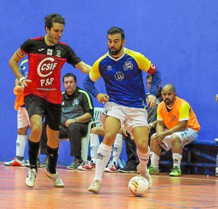 Ernesto aguanta el balón ante un jugador del Ciutat de Palma.